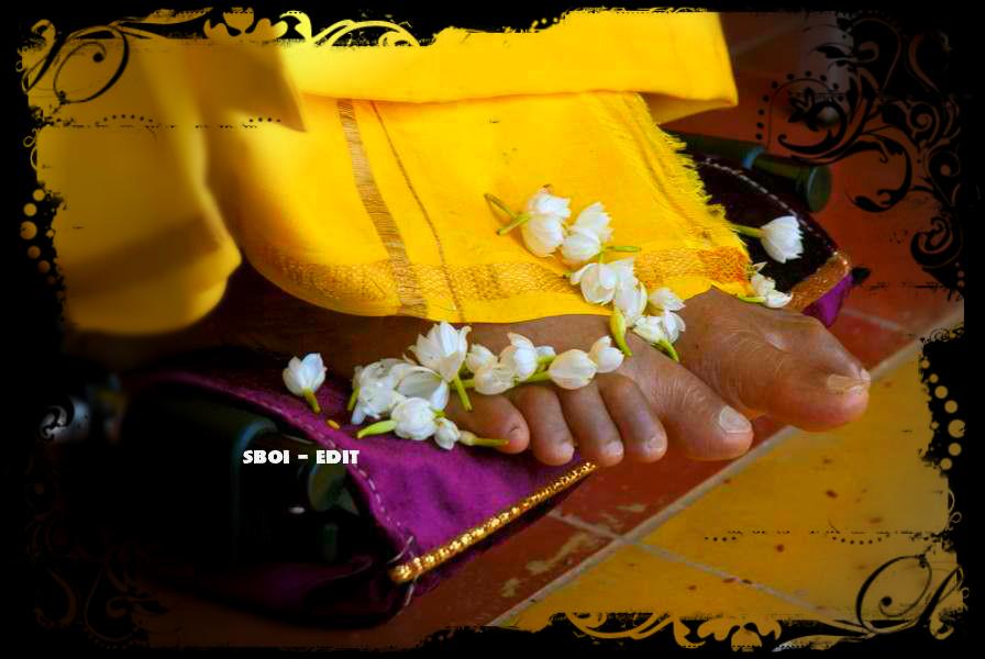http://www.saibabaofindia.com/2014-jan-feb/Lotus-feet-of-bhagawan-swami-sathyasai-sai-baba-sai-avatar-yellow-robe.jpg