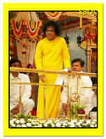 sri-sathya-sai-baba-yellow-robe-kulwant-hall-sai-baba-darshan