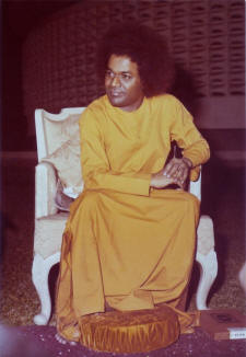 sathya-sai-baba-yellow-robe