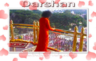 bhagawan-standing-on-balcony-darshan-sri-sathya-sai-baba.