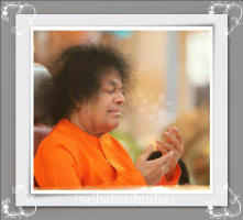 blissful-sri-sathya-sai-baba-pose