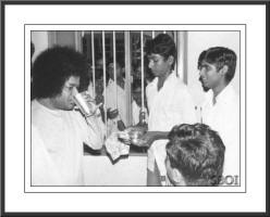sathya-sai-baba-drinking-from-a-glass-rare-photo.