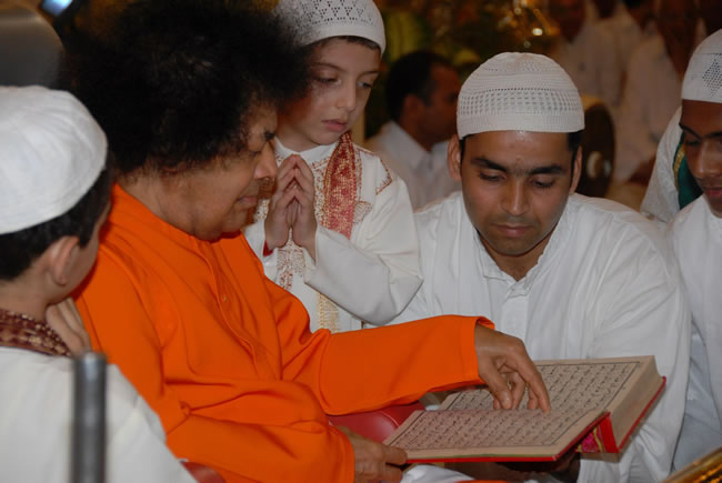 holy month of Ramadan - eid-mumbarak-large-sri-sathya-sai-baba-smiling-looking-at-holy-koran