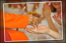 sri-sathya-sai-baba-giving-vibhuti