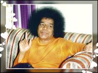 sri-sathya-sai-baba-explaining-to-devotees
