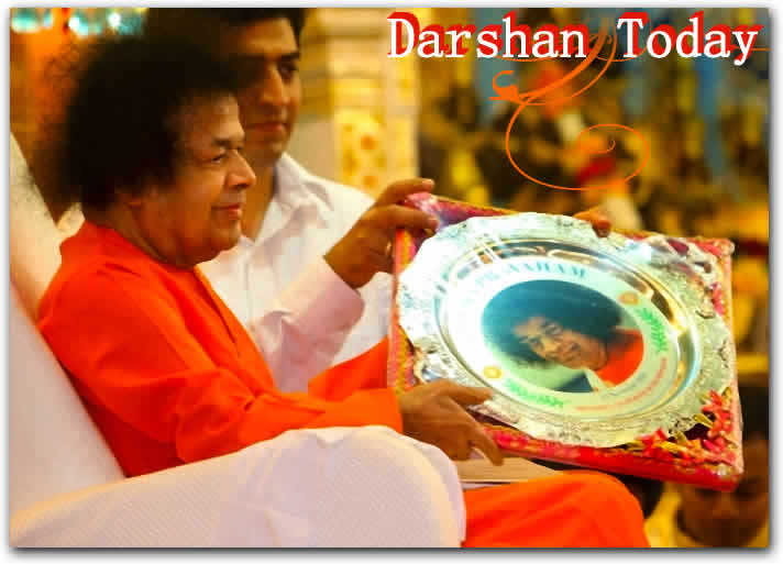 Bhagawan arrived for Darshan at 1800hrs.