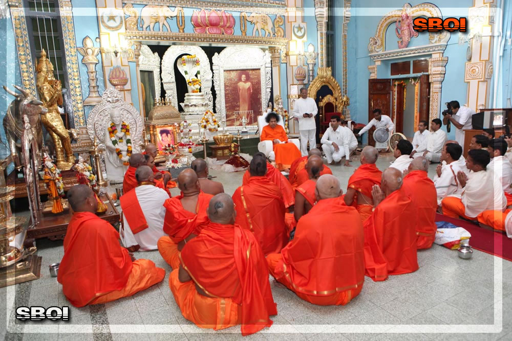 http://www.saibabaofindia.com/aug-oct2010/1-sathya-sai-baba-darshan-in-prasanthi-today-oct-2010.jpg