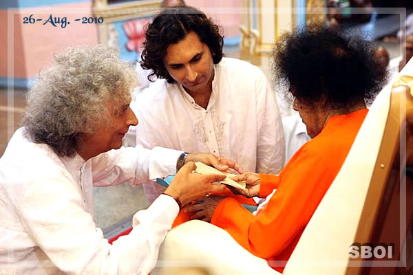 Bhagawan spent quite awhile interacting with Santoor Maestro Pandit Shiv Kumar Sharma and his son Rahul Sharma before getting into the interview room at 1830 hrs.