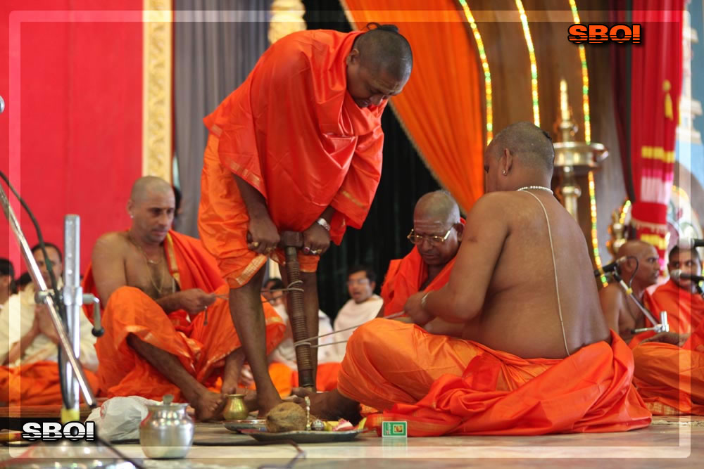 http://www.saibabaofindia.com/aug-oct2010/2-sathya-sai-baba-darshan-in-prasanthi-today-oct-2010.jpg