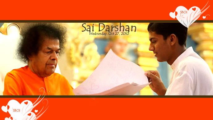 large-sri-sathya-sai-baba-darshan-in-prasanthi-nilayam-today-27102010.
