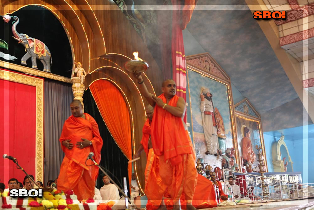 http://www.saibabaofindia.com/aug-oct2010/3-sathya-sai-baba-darshan-in-prasanthi-today-oct-2010.jpg