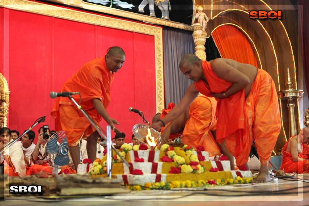http://www.saibabaofindia.com/aug-oct2010/4-sathya-sai-baba-darshan-in-prasanthi-today-oct-2010.jpg