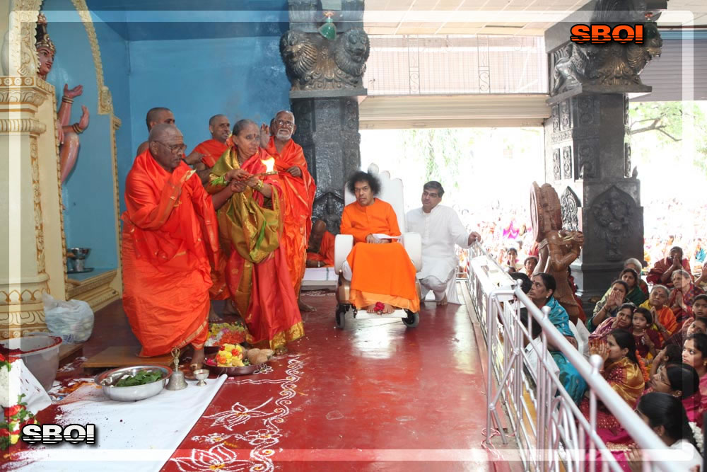 http://www.saibabaofindia.com/aug-oct2010/5-sathya-sai-baba-darshan-in-prasanthi-today-oct-2010.jpg