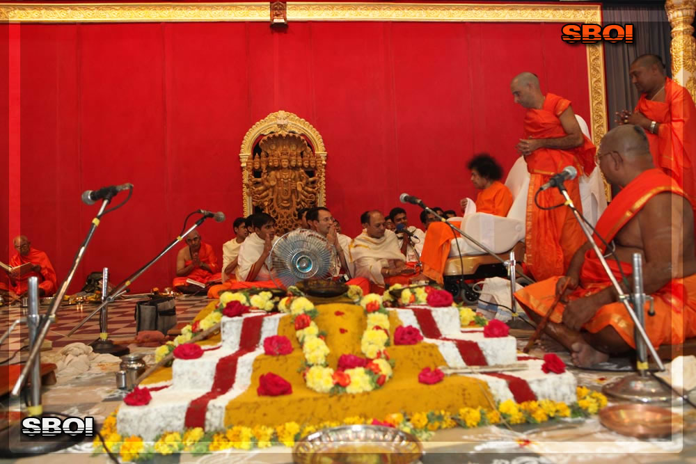 http://www.saibabaofindia.com/aug-oct2010/6-sathya-sai-baba-darshan-in-prasanthi-today-oct-2010.jpg