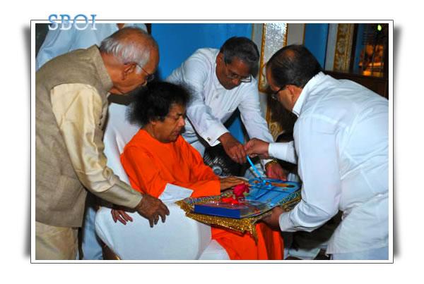 http://www.saibabaofindia.com/aug-oct2010/compendium-release-sai-baba-indulala-shah-chakravarti-sudhir.jpg