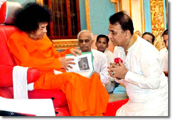 Sunil-Gavaskar-seeking-the-blessings-of-Satya-Saibaba-on-his-60th-birthday